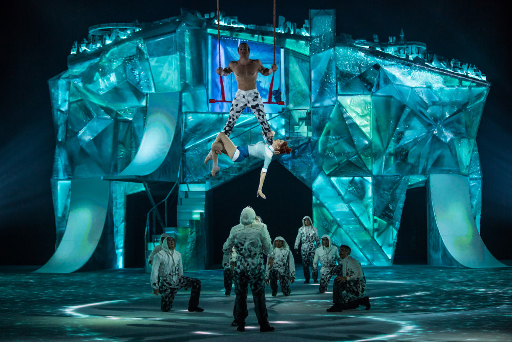 Cirquedusoleil_CRYSTAL_Hand-to-Trapeze-3