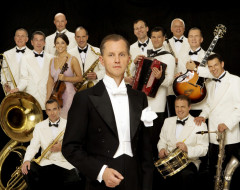 """I Can't Kiss Myself Alone"": The Wit and Retro Style of Berlin's Max Raabe and His Palast Orchestra. Interview by Henrik Eger"